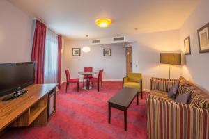 A seating area at Holiday Inn Norwich City, an IHG Hotel