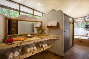 A bathroom at Hotel Tropico Latino