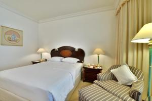 A bed or beds in a room at Evergreen Laurel Hotel Bangkok