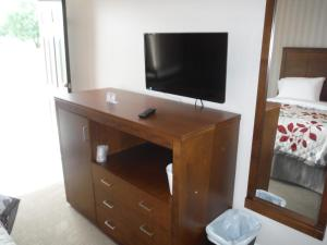 A television and/or entertainment centre at Motel Beausejour