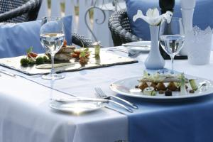 A restaurant or other place to eat at Good Stay Eiropa Hotel