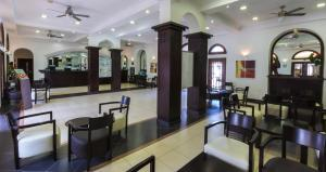 The lounge or bar area at Beverly Hills Suites - Excel Hotels & Resorts