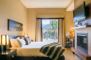 A bed or beds in a room at Silver Creek Lodge