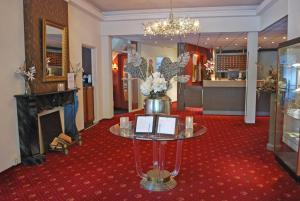 De lobby of receptie bij Fletcher Hotel Apeldoorn