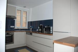 A kitchen or kitchenette at Les Bleuets