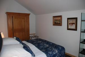 A bed or beds in a room at Les Bleuets