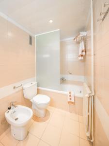 A bathroom at Aparthotel Bertrán