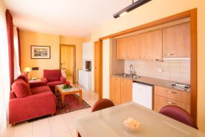 A kitchen or kitchenette at Aparthotel Bertrán