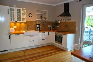 Een keuken of kitchenette bij Landhaus Moselschön