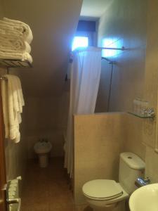 A bathroom at Hotel Rural La Mesta