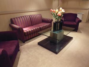 A seating area at Fueguino Hotel