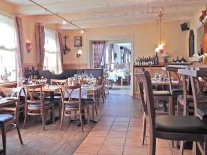 Ein Restaurant oder anderes Speiselokal in der Unterkunft Ohlenforst Vis a Vis