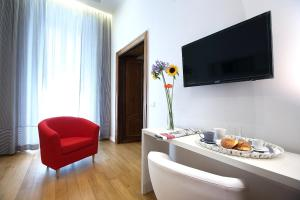 A television and/or entertainment centre at Sofia's Suites Guesthouse