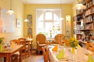 Ein Restaurant oder anderes Speiselokal in der Unterkunft Hotel zur alten Stadtmauer