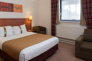 A bed or beds in a room at Holiday Inn Luton South - M1, Junction 9, an IHG Hotel