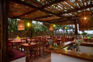 A restaurant or other place to eat at Praiagogi Boutique Pousada