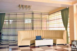 A seating area at Hotel Bellagio Shymkent