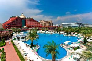 منظر المسبح في فندق دلفين بالاس او بالجوار