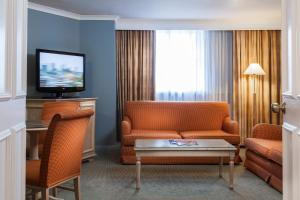 A seating area at Holiday Inn London Sutton, an IHG Hotel