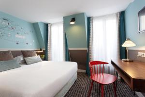 A bed or beds in a room at Hôtel des 3 Poussins
