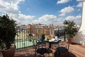 A balcony or terrace at Hôtel des 3 Poussins