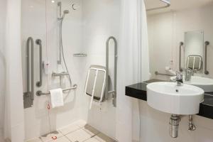 A bathroom at Holiday Inn Express Cambridge Duxford M11 Jct 10, an IHG Hotel