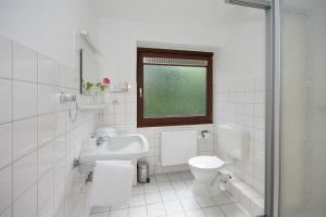 A bathroom at Hotel am Wasserturm