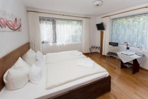 A bed or beds in a room at Hotel am Wasserturm