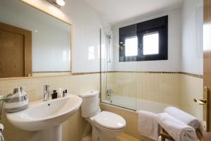 A bathroom at Pierre & Vacances Village Fuerteventura OrigoMare