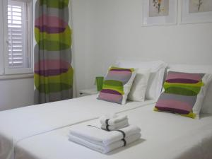 A bed or beds in a room at Fiorino Rooms Korčula