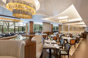 A restaurant or other place to eat at DoubleTree by Hilton Hotel & Conference Centre Warsaw