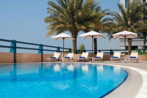 Бассейн в Dubai Marriott Harbour Hotel And Suites или поблизости
