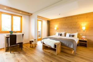 A bed or beds in a room at Hotel Bettmerhof