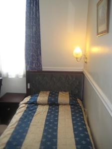 A bed or beds in a room at Hallam Hotel