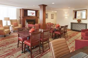 A restaurant or other place to eat at Hotel Carlingview Toronto Airport