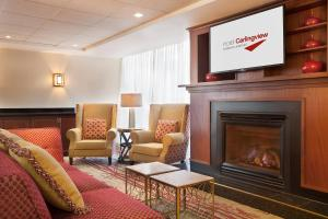 A seating area at Hotel Carlingview Toronto Airport