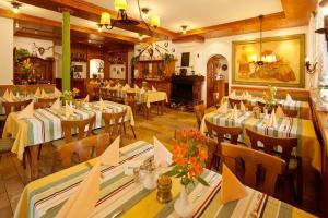 Ein Restaurant oder anderes Speiselokal in der Unterkunft Waldgasthof Wildbad
