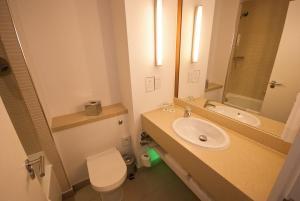 A bathroom at Holiday Inn Cardiff North M4 Jct 32, an IHG Hotel