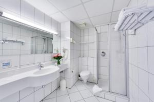 A bathroom at Trans World Hotel Columbus
