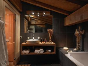 A bathroom at Les Écrins De Soulane
