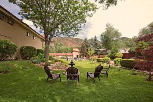A garden outside Glenwood Springs Cedar Lodge