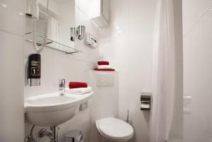 A bathroom at North-Hotel