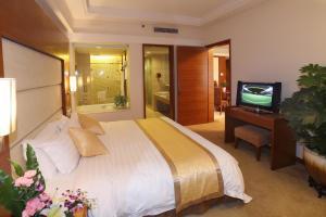 سرير أو أسرّة في غرفة في رامادا بلازا قوانغتشو