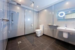 A bathroom at Waveney Inn