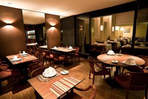 A restaurant or other place to eat at Alta Reggia Plaza Hotel
