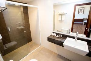 A bathroom at Alta Reggia Plaza Hotel