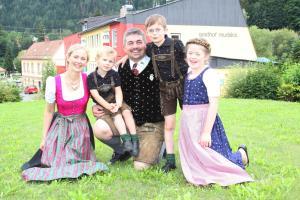 Eine Familie, die in der Unterkunft Hotel-Gasthof Restaurant Murblick übernachtet