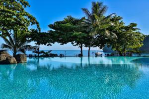 A piscina localizada em Le Tahiti by Pearl Resorts ou nos arredores