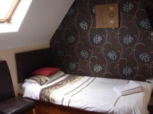 A bed or beds in a room at Field View B&B
