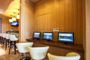 A television and/or entertainment center at Landmark Creek Hotel & Wellness
